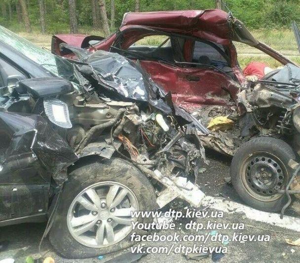 Моторошна ДТП під Києвом: водій загинув на місці, дитина – в лікарні