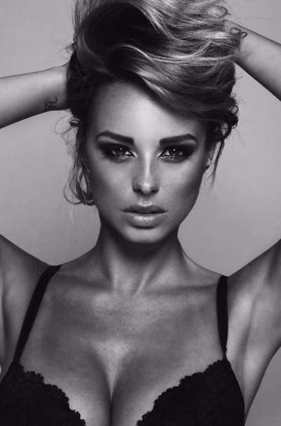 Сексуальна ITвниця з шостим розміром грудей. Що постить в Instagram британська модель