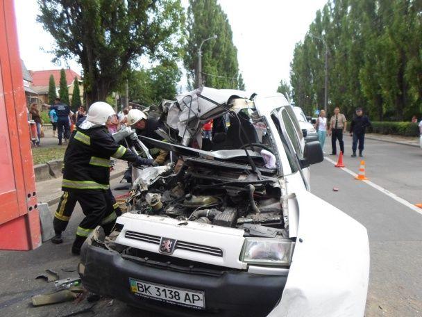 У Рівному легковик влетів у вантажівку, один із пасажирів загинув