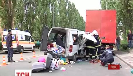 У Рівному легковик на повній швидкості врізався у вантажівку