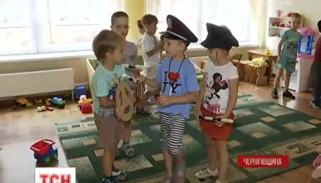 В Черниговской области неизвестный захватил детский сад и угрожал зарезать детей