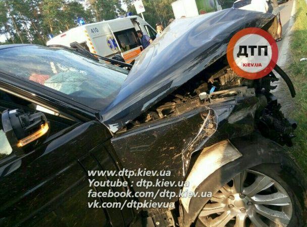 Масштабна ДТП під Києвом: Range Rover влетів в автобус з поліцейською і збив два відбійника