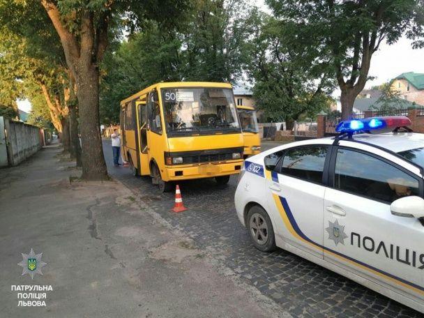 У Львові п'яний водій маршрутки без документів не розминувся із іномаркою і в'їхав у будинок