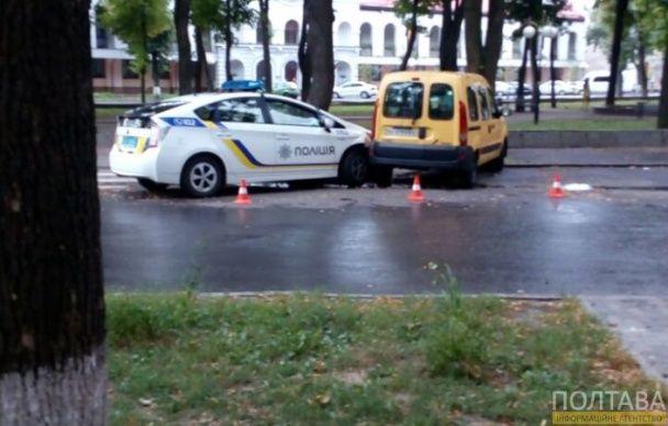У центрі Полтави патрульні протаранили припарковану іномарку