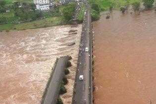 В Індії у бурхливу річку обвалився міст з двома автобусами, десятки людей зникли безвісти