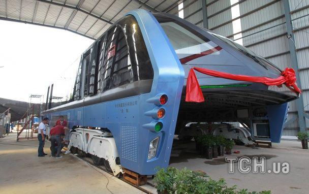 Без заторів та аварій: у Китаї презентували унікальний автобус, який їздить над дорогою