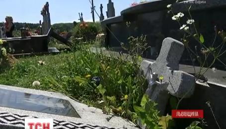 На  Львівщині за одну ніч розтрощили майже півтори сотні надгробків на цвинтарі