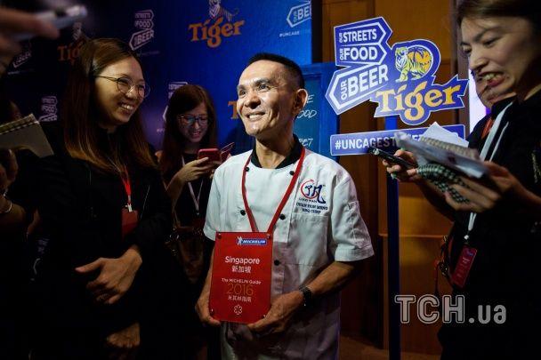 У Сінгапурі кухаря вуличної їжі нагородили престижною зіркою Мішлен