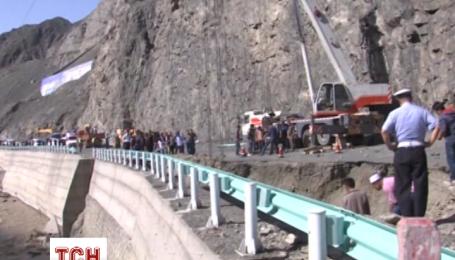 Продолжают поиски водителя грузовика, пропавшего во время обвала дороги после ливней в Китае