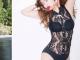 Бікіні та костюм сексапільного зайчика. Що постить в Instagram приваблива 45-річна модель