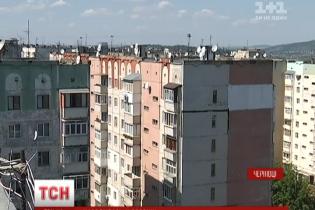 Щасливе падіння з даху 9-поверхівки: рятувальники пояснили, чому дівчина вижила
