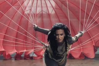 """Ефектна Кеті Пері відчайдушно """"бореться"""" з парашутом у новому емоційному кліпі"""