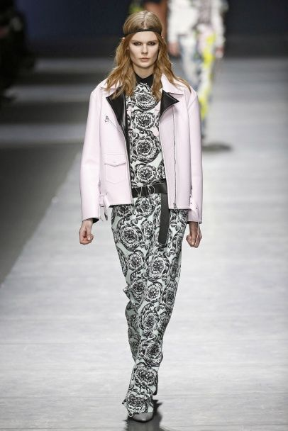 Неровные линии и асимметрия в коллекции Versace прет-а-порте сезона осень-зима 2016-2017