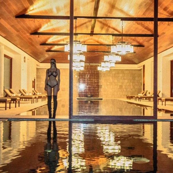 Садо-мазо купальники та мінімум одягу. Що постить в Instagram гаряча британська модель