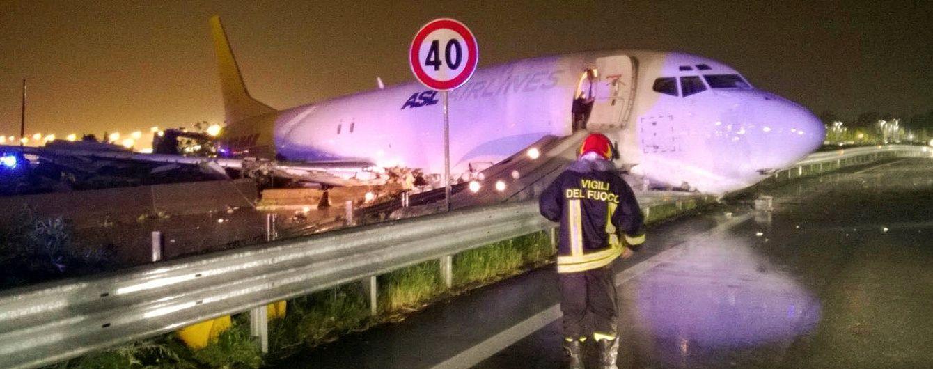 В Італії літак при приземленні пробив стіну аеропорту та зупинився посеред шосе