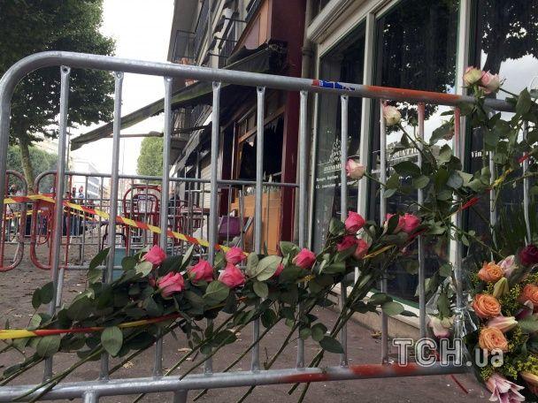 Вибиті вікна, спалені меблі та квіти біля огорожі. Як виглядає бар у французькому Руані після пожежі