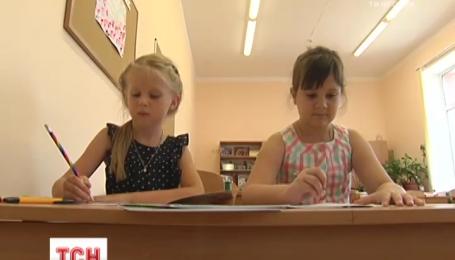 Скасування червоної ручки та письмо олівцями: для учнів початкової школи зменшили навантаження