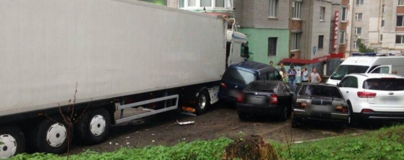У Хмельницькому фура влетіла у крамницю, знищила 4 автівки і протаранила багатоповерхівку