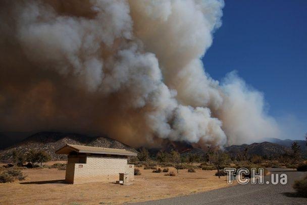 У Каліфорнії в горах спалахнула велика пожежа