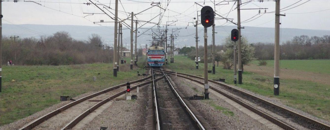 На Харківщині вантажний потяг збив пенсіонерку, яка пасла кіз біля колії