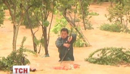 Потужна повінь у Китаї: пожежники рятують людей від бурхливої течії
