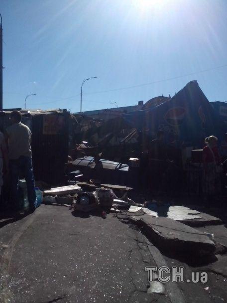 У Києві вночі розтрощили нову порцію МАФів: люди ходять по горах сміття