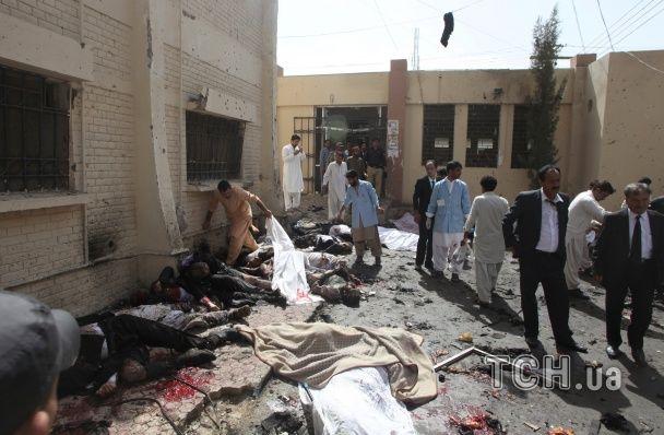Майже сотня людей стали жертвами масштабного теракту у Пакистані