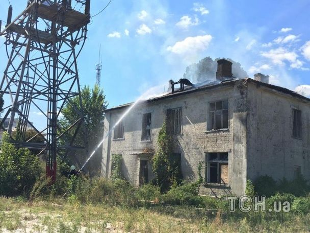 У Києві неподалік популярного торгового центру горіла двоповерхова будівля