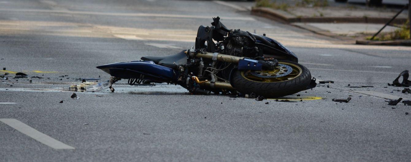 У Києві легковик протаранив мотоцикл розвізника піци, який від удару зробив сальто у повітрі