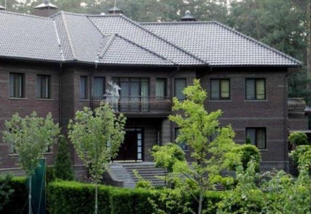 Суд заарештував маєток екс-генпрокурора Кузьміна, переписаний на тещу