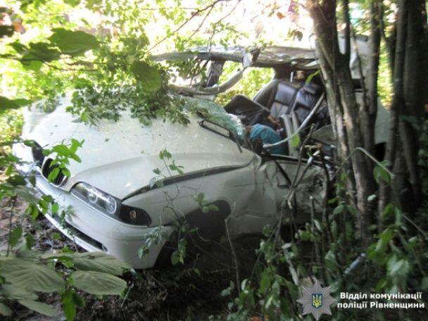 На Рівненщині BMW протаранив вантажівку і вилетів з дороги, загинула 7-річна дівчинка