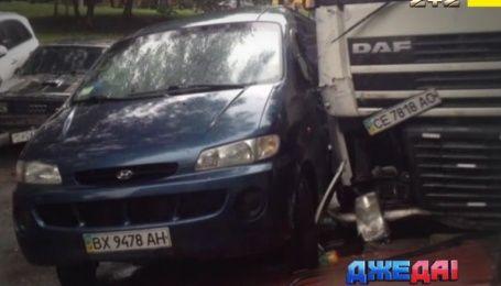 Легковушка на крыше, тройная авария на Черкассчине и безумная фура - подборка ДТП с дорог Украины