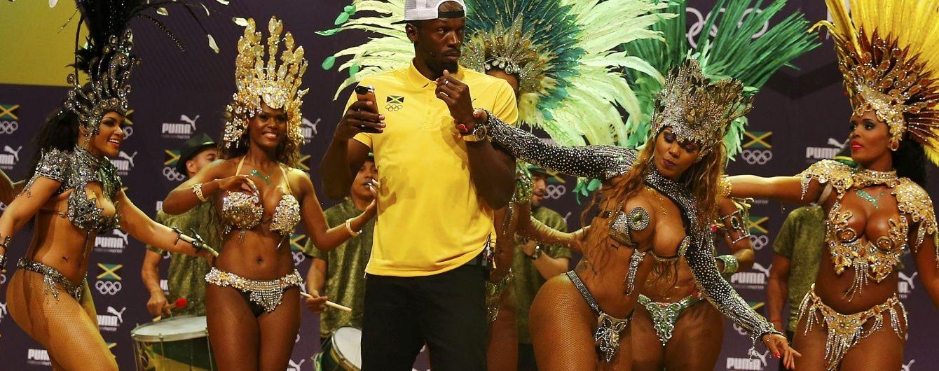 Болт станцював самбу з палкими напівоголеними бразильськими танцівницями