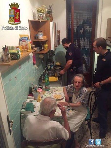 Італійські копи нагодували пастою самотню літню пару, яка плакала в зачиненій квартирі