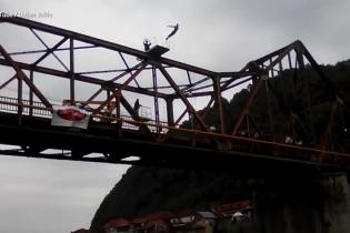 У Боснії екстремал загинув у прямому ефірі після стрибка у річку з 20-метрової висоти