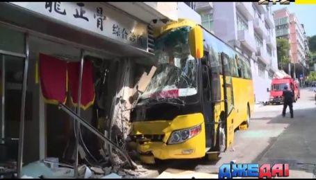 Автобус с туристами в магазине, байкер-спаситель и взрывные соревнования - международный обзор