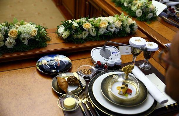 У Петербурзі турецькій делегації подали обід на тарілках з Путіним і Ердоганом