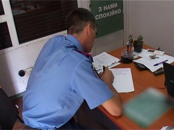 У Києві озброєний пістолетом чоловік у масці пограбував кредитну компанію