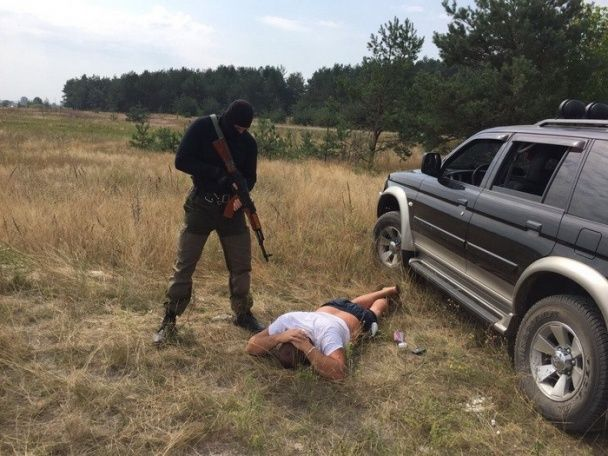 """На Рівненщині СБУ затримала трьох """"захисників"""" незаконного видобутку бурштину"""