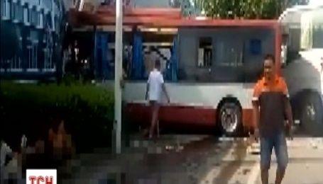 У Китаї вантажівка на шаленій швидкості розчавила два автобуси: є постраждалі