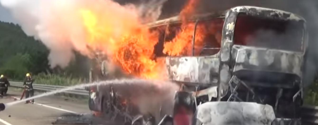 У Китаї автобус з понад 40 пасажирами загорівся під час руху