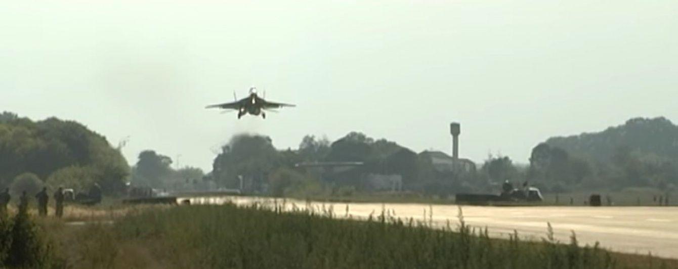 Генштаб показав, як під наглядом цікавих місцевих мешканців військові літаки посадили на трасу