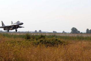 На трассу Киев-Чоп приземлились военные самолеты