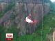 Незвичайна весільна церемонія у Китаї: молодята одружилися на висоті 200 метрів