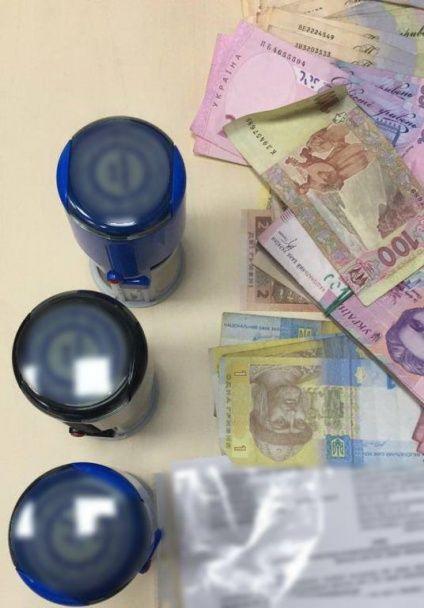 """У керівників скандального банку """"Михайлівський"""" вилучили золото, валюту та приховану документацію"""