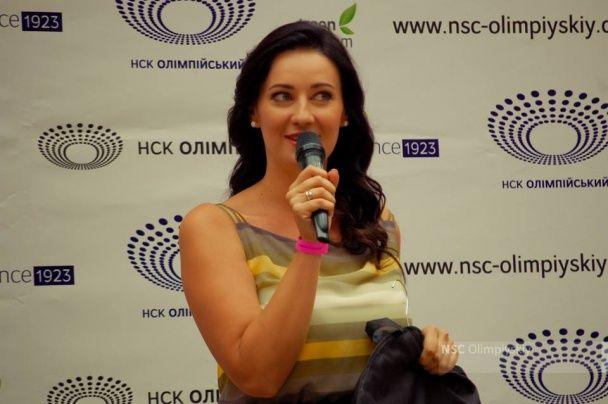 """Соломія Вітвіцька подарувала власну дизайнерську весільну сукню музею НСК """"Олімпійський"""""""