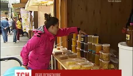 Накануне медового Спаса пчеловоды из разных регионов Украины привезли свой товар в столицу