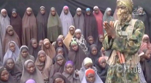 """Нігерійські ісламісти з """"Боко Харам"""" показали відео з викраденими школярками"""