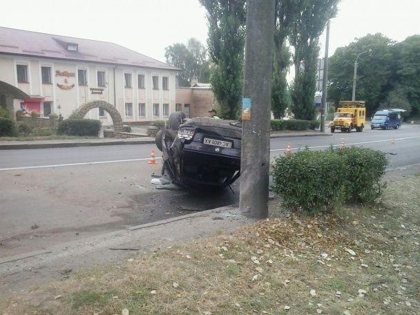 У Рівному патрульний за кермом перекинув посеред дороги BMW із п'ятьма людьми