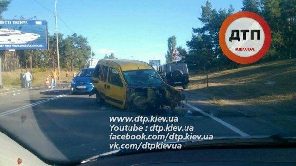 Масштабна ДТП під Києвом: на Старообухівській трасі зіткнулись одразу п'ять авто